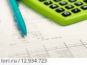 Купить «Финансовая аналитика. Финансовые документы, калькулятор и ручка», фото № 12934723, снято 17 апреля 2015 г. (c) Валерия Потапова / Фотобанк Лори