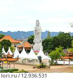 Купить «White marble Quan Yin stand near The Bridge of the River Kwai ,Kanchanaburi ,Thailand.», фото № 12936531, снято 19 августа 2018 г. (c) PantherMedia / Фотобанк Лори