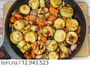 Тушеные кабачки в сковороде. Стоковое фото, фотограф Евгений Чернышов / Фотобанк Лори