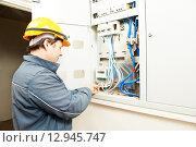 Electrician installing energy saving meter. Стоковое фото, фотограф Дмитрий Калиновский / Фотобанк Лори