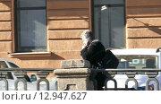 Человек идет по набережной реки в Санкт-Петербурге, Россия (2015 год). Редакционное видео, видеограф Павел С. / Фотобанк Лори