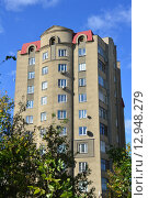 Купить «Многоэтажный жилой дом, 2000 года постройки. Улица Коробкова, 2. Тверь», эксклюзивное фото № 12948279, снято 3 октября 2015 г. (c) lana1501 / Фотобанк Лори
