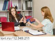 Кадровый специалист отказывает девушке в приеме на работу. Стоковое фото, фотограф Иванов Алексей / Фотобанк Лори