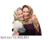 Купить «Мать с дочерью носят русские платки», фото № 12950851, снято 25 октября 2015 г. (c) Юлия Кузнецова / Фотобанк Лори