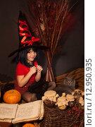 Купить «Маленькая девочка в костюме ведьмы», фото № 12950935, снято 23 октября 2014 г. (c) Останина Екатерина / Фотобанк Лори
