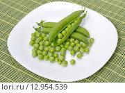 Зеленый горошек на тарелке. Стоковое фото, фотограф Елена Коромыслова / Фотобанк Лори