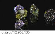 Купить «Алмазы блестят  и отражают луч лазера на черном фоне», видеоролик № 12960135, снято 21 октября 2015 г. (c) Даниил Хабаров / Фотобанк Лори