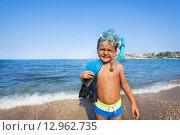 Купить «Мальчик стоит на берегу моря с маской для подводного плавания и ластами», фото № 12962735, снято 27 июля 2015 г. (c) Сергей Новиков / Фотобанк Лори