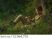 Купить «Солдат сидит на траве и пишет письмо», фото № 12964715, снято 30 июля 2015 г. (c) Дмитрий Черевко / Фотобанк Лори