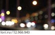 Купить «Ночной трафик на улице Москвы, расфокус», видеоролик № 12966943, снято 20 октября 2015 г. (c) Наталья Волкова / Фотобанк Лори