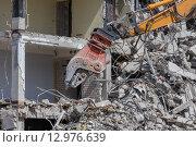 Купить «Demolition crane dismantling a building», фото № 12976639, снято 18 марта 2019 г. (c) PantherMedia / Фотобанк Лори