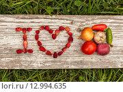 Земляника и овощи на деревянной доске. Стоковое фото, фотограф Виктор Колдунов / Фотобанк Лори