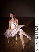 Балерина в пачке сидит на банкетке. Стоковое фото, фотограф Елена Троян / Фотобанк Лори