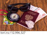 Паспорт, кредитки, деньги, компас, очки и ракушка на деревянном фоне (2015 год). Редакционное фото, фотограф Ткачева Татьяна Александровна / Фотобанк Лори