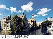 Купить «Средневековые дома, Rozenhoedkaai в Брюгге», фото № 12997307, снято 28 мая 2015 г. (c) Валерия Потапова / Фотобанк Лори