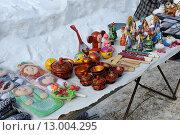 Купить «Торговые прилавки с сувенирами», эксклюзивное фото № 13004295, снято 9 марта 2013 г. (c) Юрий Морозов / Фотобанк Лори