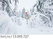 Женщина средних лет гуляет в заснеженном лесу зимой. Стоковое фото, фотограф Petri Jauhiainen / Фотобанк Лори
