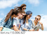 Купить «group of teenagers looking at tablet pc computer», фото № 13006927, снято 20 июля 2013 г. (c) Syda Productions / Фотобанк Лори
