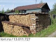 Купить «Древний город на Волге, Юрьевец. Сложенные дрова у дома», эксклюзивное фото № 13011727, снято 30 июля 2015 г. (c) Дмитрий Нейман / Фотобанк Лори
