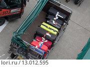 Купить «Вид сверху на погрузку багажа пассажиров перед вылетом самолета из аэропорта», фото № 13012595, снято 24 октября 2015 г. (c) Николай Винокуров / Фотобанк Лори