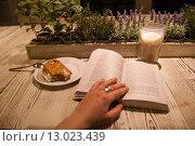 Книга, кофе и пирожное (2015 год). Редакционное фото, фотограф Екатерина Гусева / Фотобанк Лори