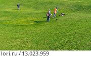 Уход за газонами. Рабочие косят траву. Стоковое фото, фотограф Игорь Яковлев / Фотобанк Лори