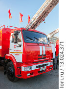 Купить «Пожарный автомобиль на центральной площади в Самаре», фото № 13024371, снято 7 ноября 2015 г. (c) FotograFF / Фотобанк Лори