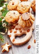 Купить «Домашние кексы с изюмом на столе рядом с еловыми ветками», фото № 13026135, снято 8 ноября 2015 г. (c) Надежда Мишкова / Фотобанк Лори