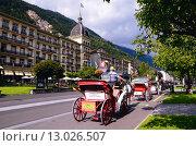 Туристический городок Интерлакен. Швейцария. Конные экипажи (2014 год). Редакционное фото, фотограф Людмила Герасимова / Фотобанк Лори
