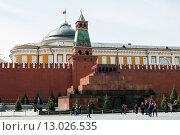 Купить «Город Москва.Никольская башня и мавзолей Ленина Московского Кремля весенним днём», эксклюзивное фото № 13026535, снято 13 апреля 2015 г. (c) Игорь Низов / Фотобанк Лори