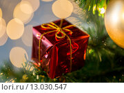 Купить «close up of gift box decoration on christmas tree», фото № 13030547, снято 7 октября 2015 г. (c) Syda Productions / Фотобанк Лори