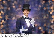 Купить «magician in top hat showing trick», фото № 13032147, снято 12 сентября 2013 г. (c) Syda Productions / Фотобанк Лори