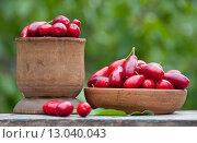 Ягоды кизила на столе в саду. Стоковое фото, фотограф Короленко Елена / Фотобанк Лори