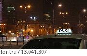 Купить «Символ такси на фоне ночного городского трафика в снегопад», видеоролик № 13041307, снято 5 ноября 2015 г. (c) Наталья Волкова / Фотобанк Лори