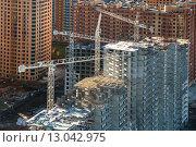Купить «Вид сверху на строительную площадку жилого многоэтажного дома в новом микрорайоне Подмосковья», фото № 13042975, снято 18 ноября 2013 г. (c) Николай Винокуров / Фотобанк Лори