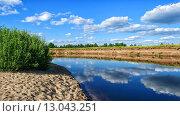 Облака с отражением в воде реки. Стоковое фото, фотограф Александр Корчагин / Фотобанк Лори