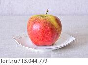 Яблоко на блюдце. Стоковое фото, фотограф Игорь Буранок / Фотобанк Лори