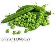 Купить «Зеленый горошек и стручки на белом фоне», фото № 13045327, снято 15 апреля 2013 г. (c) Morgenstjerne / Фотобанк Лори