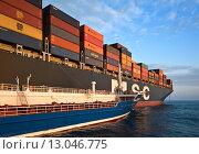 Купить «Танкер Zaliv America у борта контейнеровоза MSC Bruxelles», фото № 13046775, снято 5 августа 2015 г. (c) Владимир Серебрянский / Фотобанк Лори