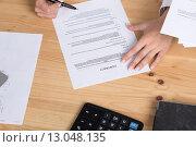 Купить «Женщина думает о подписании контракта», фото № 13048135, снято 25 октября 2015 г. (c) Рустам Шигапов / Фотобанк Лори