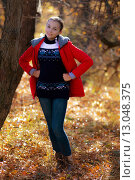 Улыбающаяся девушка в осеннем парке. Стоковое фото, фотограф Ivan Dubenko / Фотобанк Лори