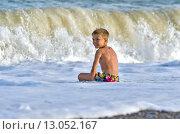 Мальчик сидит у моря. Стоковое фото, фотограф Эдуард Пиолий / Фотобанк Лори