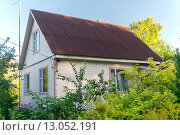 Купить «Деревянный домик на загородном участке», фото № 13052191, снято 12 сентября 2015 г. (c) Sergei Gushchin / Фотобанк Лори