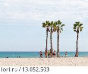 Купить «Люди на пляже Аликанте», фото № 13052503, снято 13 октября 2015 г. (c) Ekaterina Andreeva / Фотобанк Лори