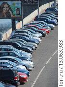 Купить «Плотно припаркованные машины на Якиманской набережной в Москве», эксклюзивное фото № 13063983, снято 19 июля 2010 г. (c) lana1501 / Фотобанк Лори