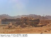 Купить «Вид на горы, пустыню и постройки по дороге в город Йезд. Иран. Ближний Восток. Азия», фото № 13071935, снято 12 августа 2015 г. (c) Денис Козлов / Фотобанк Лори