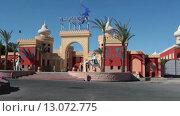 Автомобильный подъезд и главный вход в отель Alf Leila Wa Leila (1001 ночь, сеть Pickalbatros). Хургада, Египет (2015 год). Редакционное видео, видеограф Кекяляйнен Андрей / Фотобанк Лори