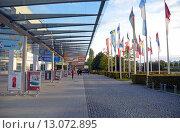 Купить «Выставочный центр Messe Munchen (New Munich Trade Fair Centre). Крытая галерея в сторону станции метрополитена - Мюнхен, Германия», эксклюзивное фото № 13072895, снято 17 сентября 2013 г. (c) Александр Замараев / Фотобанк Лори