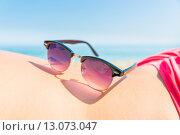 Солнцезащитные очки на пляже. Стоковое фото, фотограф Petri Jauhiainen / Фотобанк Лори
