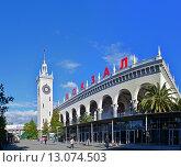 Купить «Железнодорожный вокзал. Сочи», фото № 13074503, снято 17 июня 2019 г. (c) Игорь Архипов / Фотобанк Лори